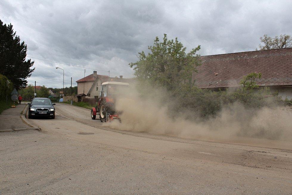 Zablácená silnice v Louňovicích pod Blaníkem kvůli rekonstrukci Pivovarského rybníka.