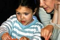 Děti si mohou vybrat z řady kroužků. Jedním je modelování