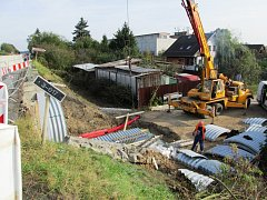 Práce na rekonstrukci mostu v Erbenově ulici.