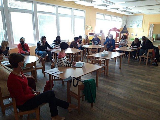 První pracovní den vMateřské škole vTýnci nad Sázavou po karanténě způsobené pandemií čínského koronaviru.