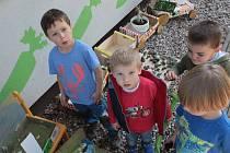 Z vernisáže výstavy dětských prací z týneckých škol na téma Jak třídíme.