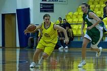 Benešovská rozehrávačka Iveta Škvorová (ve žlutém) pomohla hrou a šesti body k těsné výhře nad Ostravou.