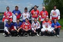 Vlašimská výprava, která se zúčastnila dlouhého autobusového zájezdu na mistrovství světa v ledním hokeji v běloruském Minsku.