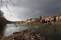 Kolem řeky Sázavy je krásně, i když není dvacet nad nulou.