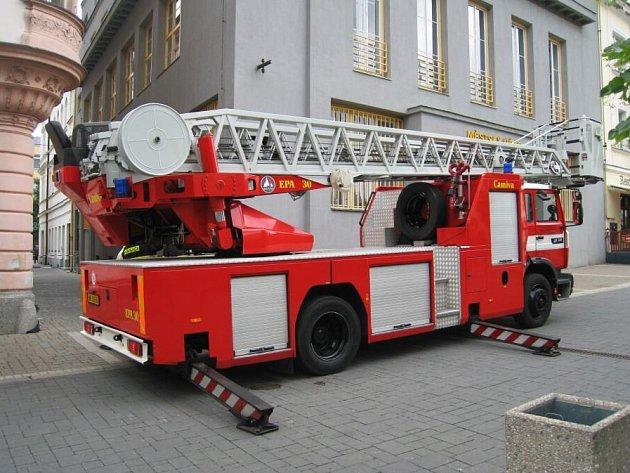 Bouřka utrhla plechový okap na budově Městského úřadu v Benešově