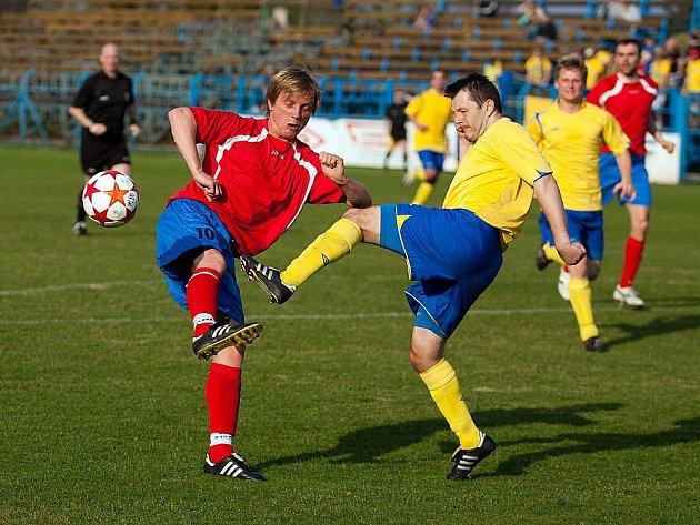 Ondřeji Štěpánovi (ve žlutém) zápas Benešova s Doubravkou vyšel, když asistoval u tří branek Benešova.