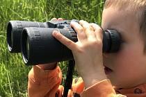 Děti se učily využívat k orientaci pomůcky jako buzola, mapa či dalekohled.