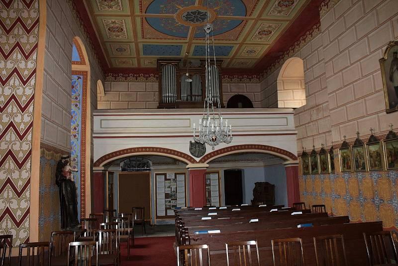 Interiér kostela Všech svatých v Olbramovicích 25. května 2021.