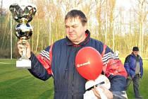 Chotýšanský vedoucí mužstva Miroslav Paleček si došel pro vítězný pohár výkonnostně lepší skupiny A.