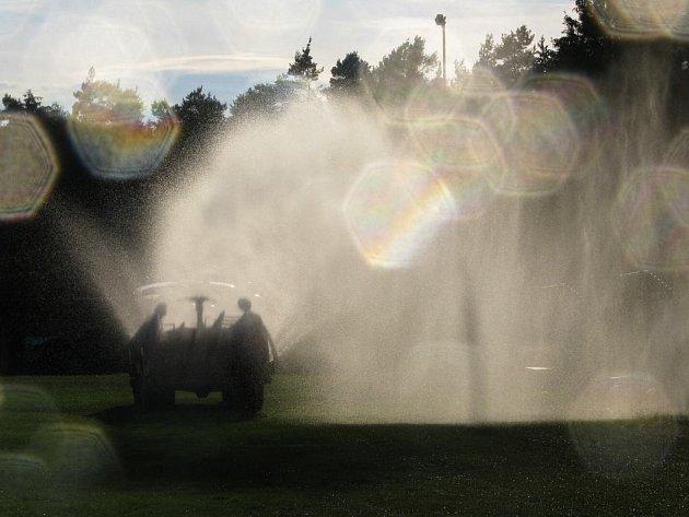 V Peceradech neporučili dešti, hřiště raději pokropili dobrovolní hasiči