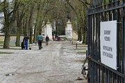 Ratměřický zámek se po dlouhé době dočkal nákladných oprav. Na začátku května bude zpřístupněný veřejnosti park, posléze i restaurace s hotelem. Zájemci se aktuálně mohou těšit na vycházky po krásném areálu ratměřického zámku.
