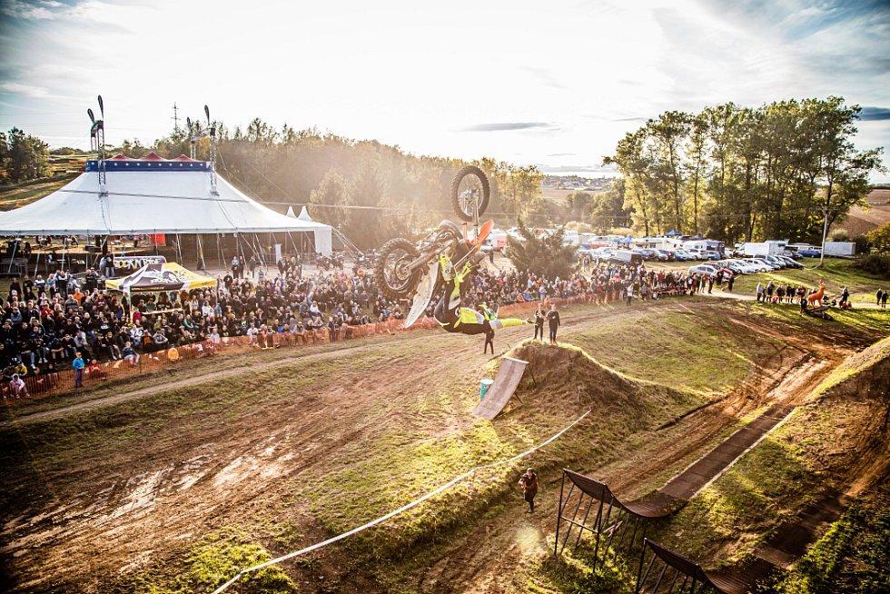 Úchvatné kousky jezdců si na benešovském Kavčáku užívaly tisíce diváků.
