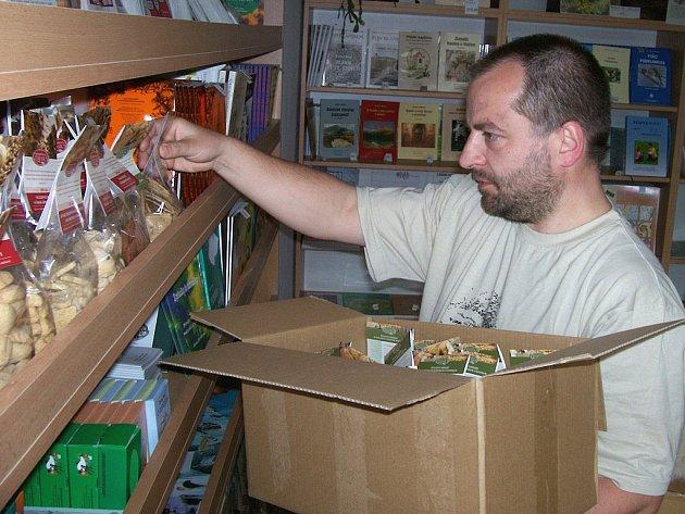 Jan Urban v obchůdku s biopotravinami.