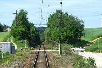 Zloděj sekyrou přesekal kabely traťového zebezpečovacího zařízení mezi Voticemi a Heřmaničkami.