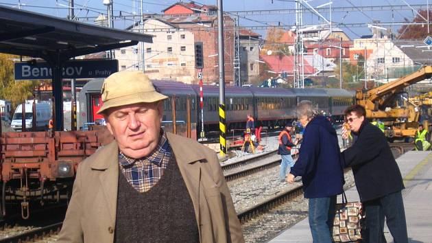 Zejména starší cestující mají na benešovském nádraží problémy s orientací, kde jejich vlak právě stojí.