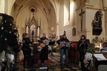 Ve Vysokém Újezdu zpívala tramp-folková kapela Pražec na podporu Tříkrálové sbírky.