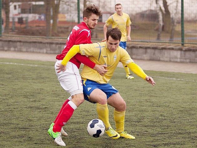 Bývalí spoluhráči Kladna se utkali v zápase Benešova B s Tuchlovicemi. Domácí útočník Patrik Svoboda (ve žlutém) se snaží přejít přes stopera Davida Portužáka.