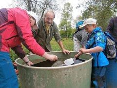 Drahý kov rýžovali účastníci Cesty za zlatem v připravených kádích.