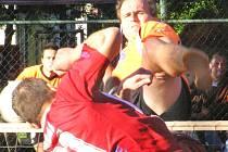 Blokař Šacungu David Ešner (v oranžovém) blokuje útok karlovarského Jiřího Dvořáka.