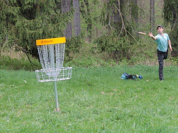 Discgolf je obdoba klasického golfu, kdy míčky a hole nahrazují létající talíře.