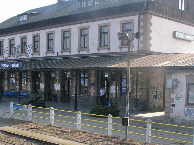Kvůli poruše zabezpečovacího zařízení nabírají ve čtvrtek 13. srpna vlaky u Hostivaře zpoždění 10-15 minut.