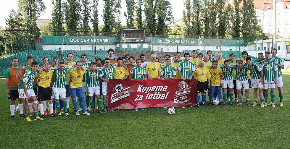 Hráči Olbramovic si zahráli díky projektu Gambrinus Kopeme za fotbal proti Bohemians 1905 a po zápase se společně vyfotili.