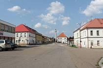 Náměstí II. odboje v Bystřici a tamní stará škola.