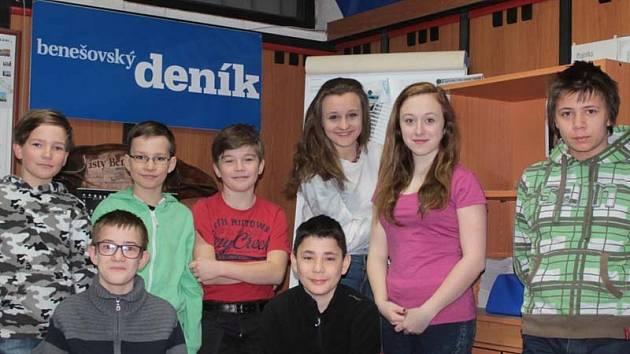 """Část redakční rady školního časopisu """"Labyrint"""" ZŠ Dukelská Benešov při návštěvě redakce Benešovského deníku."""