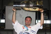 Michal Řepík přivezl pohár pro mistra hokejové ligy do Vlašimi.