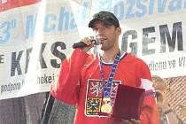 MICHAL ROZSÍVAL potěšil fanoušky ve vlašimském parku ukázkou medaile a poháru titulu mistra světa.