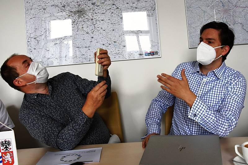 Z představení návrhu nových standardů, podle nichž by středočeské obce a města měly připlácet na ztráty spojené se zajišťováním dopravní obslužnosti. Na snímku krajský radní Petr Borecký (vlevo) a zástupce ředitele IDSK Andrej Hoffman.
