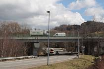 Votický most nad silnicí na Jankov hodlá Ředitelství silnici a dálnic ČR upravit tak, aby se snížil hluk vznikající při přejíždění dilatačních spár.