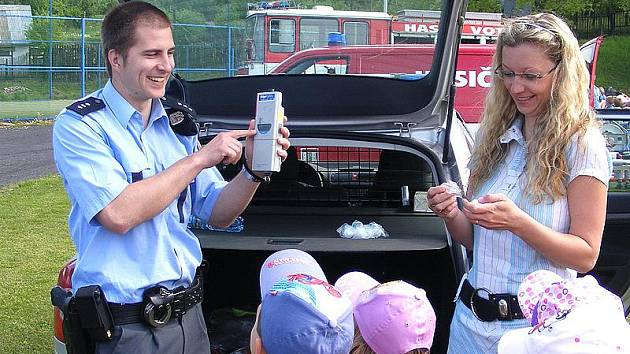 Děti se ve středu bavily při ukázkách techniky policie, hasičů a zdravotníků.