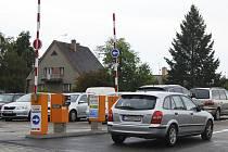 Brána parkoviště u benešovské nemocnice.