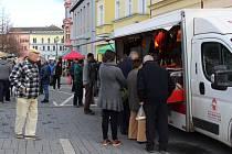 Pojízdná prodejna z povědomí lidí úplně nevymizela. Potkat se s ní mohli například v Benešově při farmářských trzích. Tam za ní chodili zákazníci, tentokrát přijede prodejna za nimi domů.