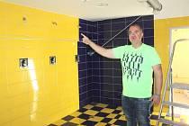 Benešovský zimní stadion prochází rekonstrukcí. Ředitel MSZ Petr Kotouč ukazuje nové sprchy, které vznikly díky odstranění šikmého stropu.