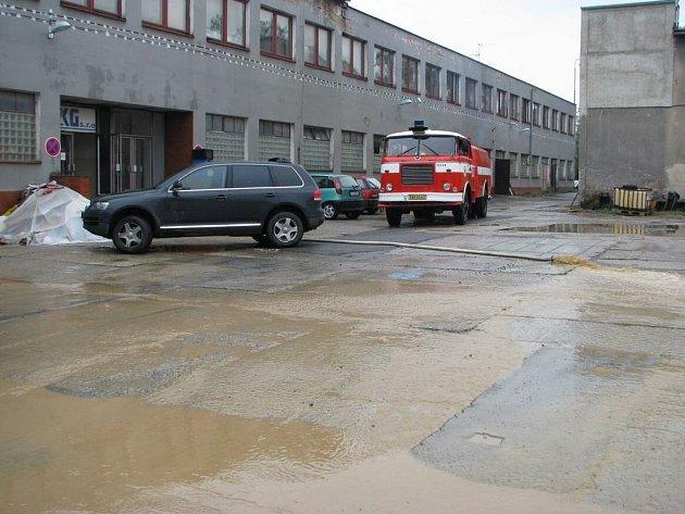 Přívalové deště zatopily halu v Bystřici