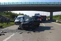 Vážná havárie zatarasila v pondělní ranní dopravní špičce průjezd po Pražském okruhu ve směru od dálnice D1 k D5.