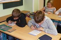 Čerčanští čtvrťáci si osvojili  znalosti dopravních pravidel při vyplnění testu.