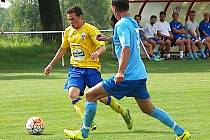 Damián Farkaš (ve žlutém), vstřelil první gól Benešova, ale tentokrát si na bývalého reprezentanta Jana Rajnocha nepřišel.
