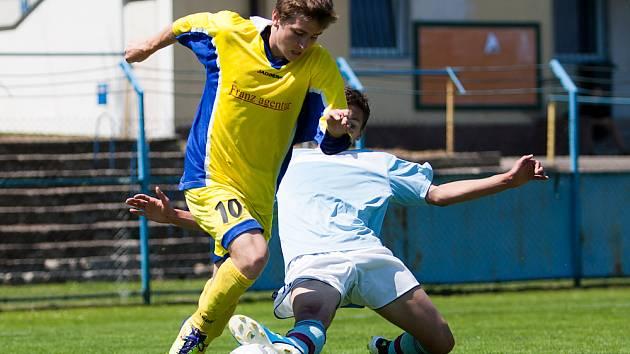 Útočník Benešova Jakub Matoušek (ve žlutém) nastoupil v zápasech proti oběma týmům Brandýs / Boleslav a za mladší dorost vstřelil pěkný gól po samostatné akci.
