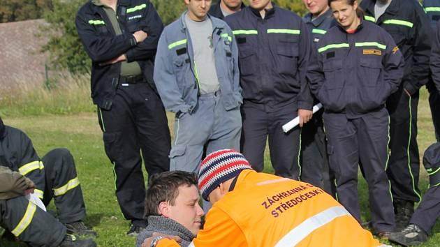 Profesionální záchranáři připomenuli dobrovolným hasičům zásady pomoci zraněným.