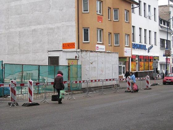 Kvůli stavební buňce na chodníku museli chodci vstoupit do vozovky, kde kolem nich nebezpečně projížděly auta