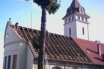 Ppráce jak na kostele bylo s novou střechou památky postavené podle projektu architekta Rudolfa Javůrka