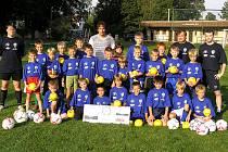 Na fotbalový kemp v Jablonné nad Vltavou přijel v jeho úvodu patron akce bývalý hráč Sparty Praha a Rapidu Vídeň Marek Kincl (uprostřed), který se s mladými playery nechal zvěčnit.