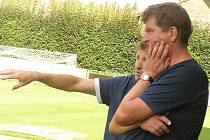 Vláďo, takhle bych si představoval, aby kluci hráli. Ukazoval Michal Horňák svému asistentovi Vladimíru Koutovi na vlašimské lavičce. Teď si bude muset Kout zvykat zase na jiného trenéra.