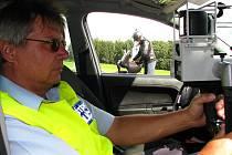 Bystřičtí strážníci si radar se zabudovaným fotoaparátem prozatím pro měření zapůjčují.