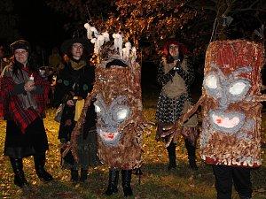 Lampiónovým průvodem přivítaly děti v maskách měsíc listopad