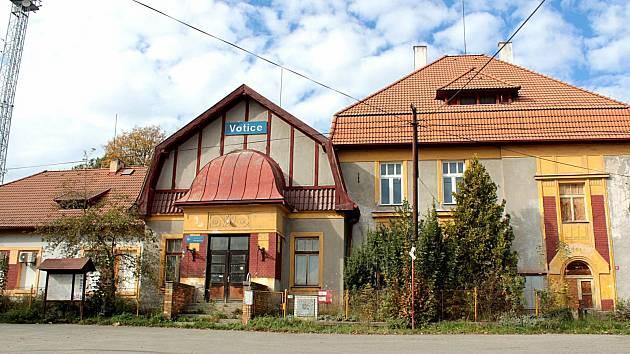 Drážní budova, kterou zrekonstruuje letos Správa železnice a její přízemí pronajme pro účely města Votic.