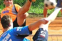 David Ešner (v oranžovém) v souboji s žateckým dlouhánem  Michalem Pecinou.
